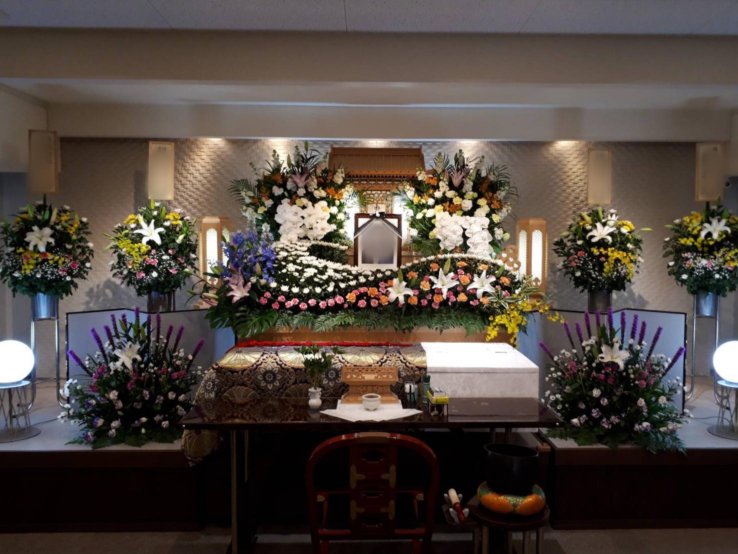 大阪生野で家族葬 白木祭壇でお見送りしました。
